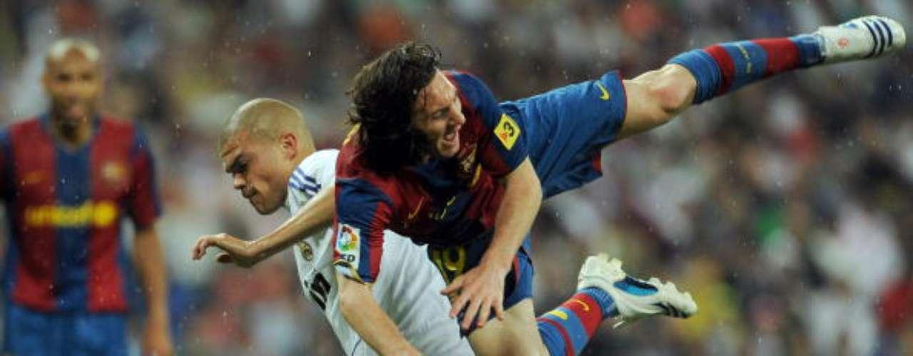El líbero portugués siguió jugando 'rudo' y Lionel Messi, quien le hacía ver su suerte, empezó a pagar las consecuencias.