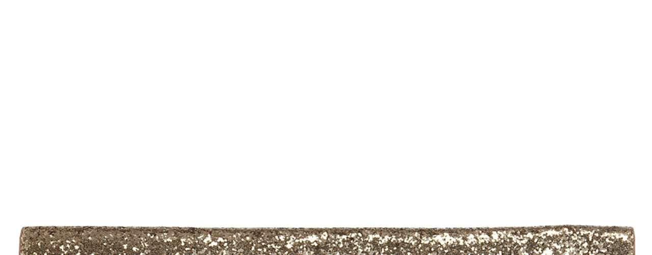 Clutch dorado a  $55.00. Añade un toque de brillo a tu atuendo con este clutch . Con una cremallera en la parte posterior, es perfecto para guardar todos tus objetos  de una manera elegante