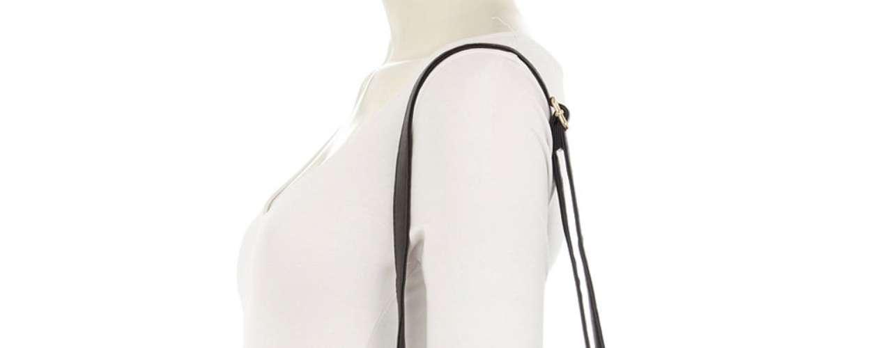 Una bolsa de cuero negra con detalles de serpiente gris y de oro. Con correa desmontable y  larga cremallera, este monedero es la manera perfecta para completar un atuendo casual. $95