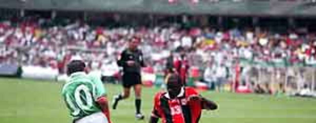 Ese mismo año, pero en el Estadio Azteca, Cuauhtémoc Blanco sufrió la peor lesión de su carrera tras una 'leña de cárcel' del trinitario Ansil Elcock, quien prácticamente 'brilló' por esa acción.