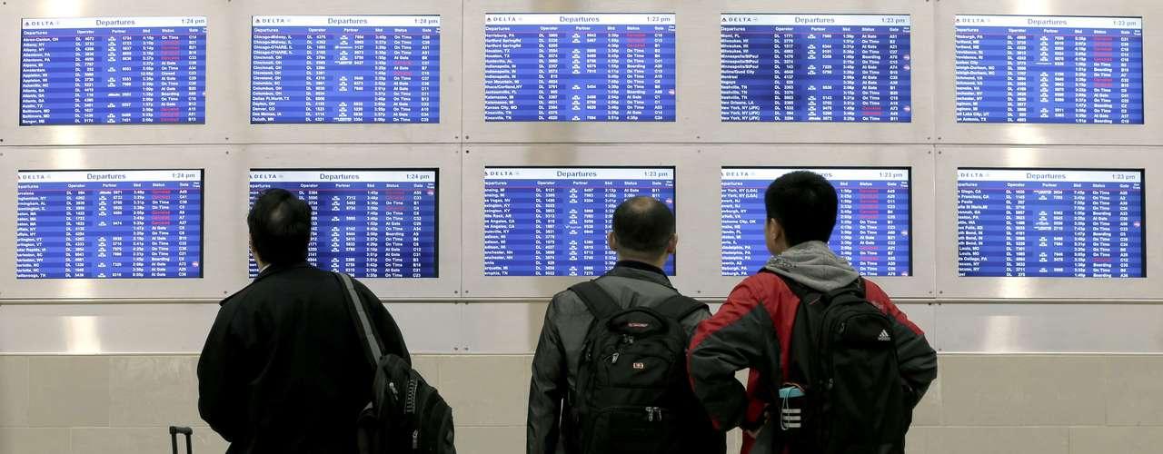 Además, un millar de vuelos han sido cancelados en los principales aeropuertos comprendidos entre Filadelfia, Nueva York y Boston.