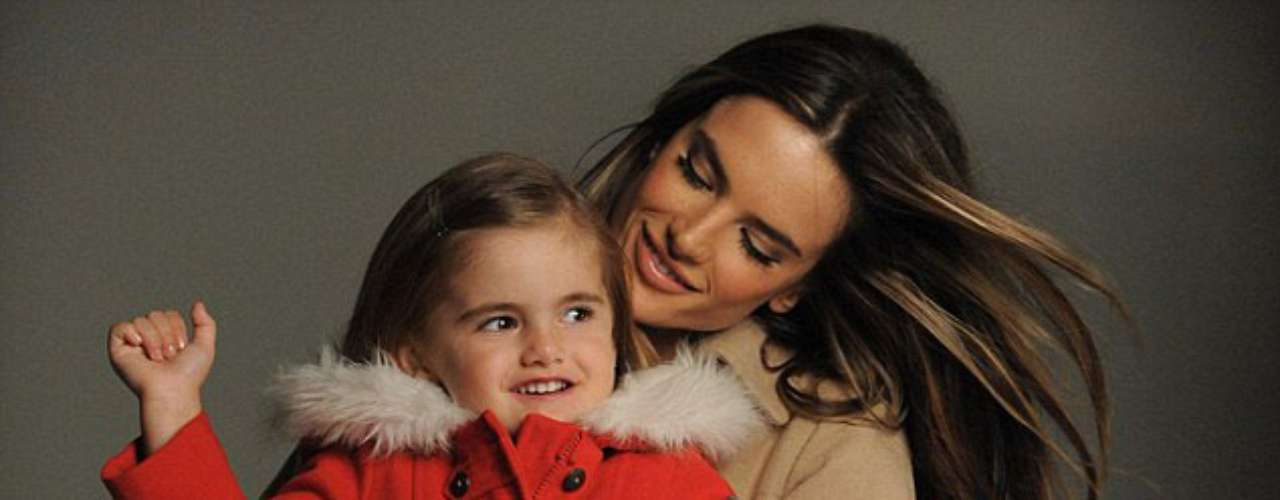 El ángel de Victoria Secret, Alessandra Ambrosio,  comparte las miradas junto a su hija de cuatro años, en la última campaña para la marca de ropa 'Niebla' en  Londres