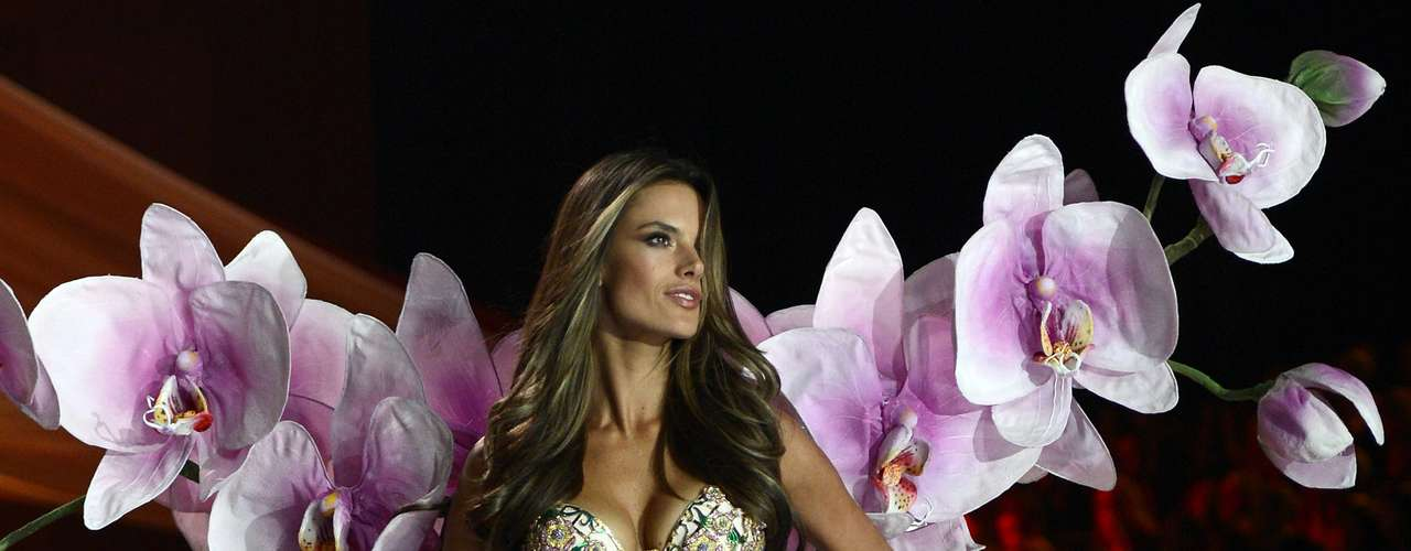 Alessandra Ambrosio lució espectacular durante la pasarela anual de \