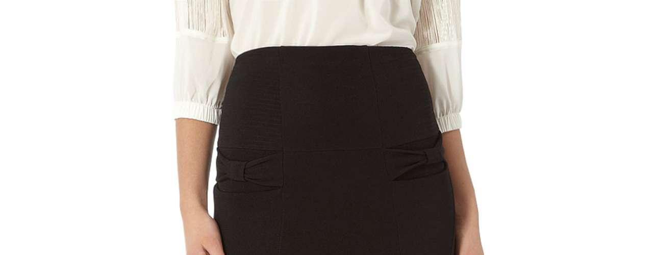 Con detalle de lazo en el  bolsillo, esta falda lápiz negra es un  giro a un clásico. $ 57,00