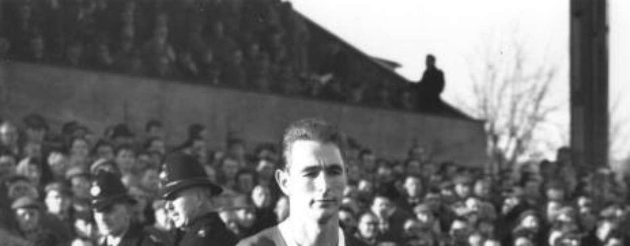 Después pasó al Sunderland, donde continuó con su espectacular racha goleadora, pero una lesión de rodilla lo retiró muy pronto.