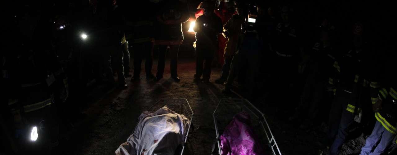 Portavoces de los bomberos han dicho a medios locales que desde las primeras horas de este jueves reanudaron los trabajos de rescate y búsqueda de desaparecidos en las zonas rurales de los departamentos de San Marcos y Quetzaltenango, donde se han reportado personas sepultadas entre los escombros.