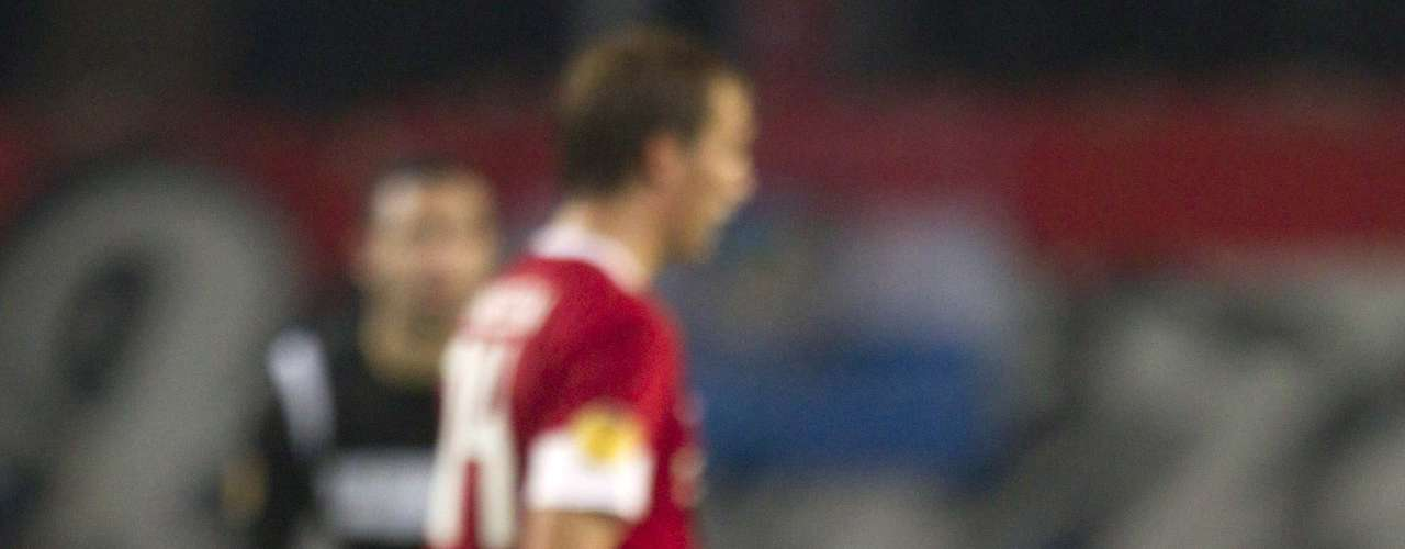 Roberto Rosales of FC Twente (L) reacts after their Europa League Group L soccer match against Levante in Enschede November 8, 2012.