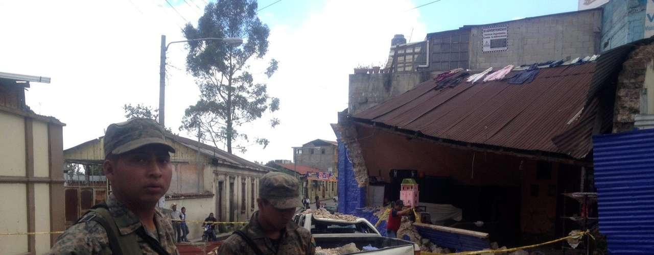 Además, el gobierno restringió por 48 horas las actividades públicas y concentración de personas en edificios, por posibles daños en la infraestructura.