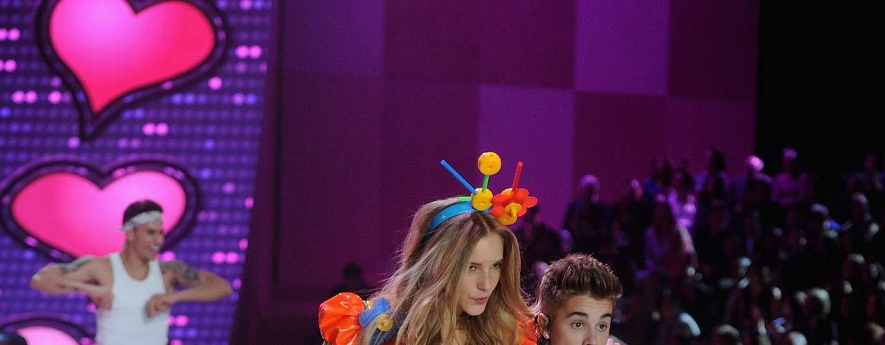 El artista aprovechó las más mínima ocasión para posar junto a las modelos.