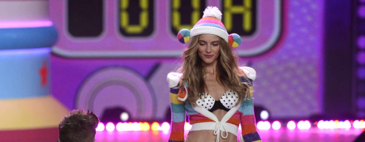 Justin Bieber rodeado de ricas modelos en lencería, brindó un gran espectáculo, sobre la pasarela de uno de los eventos más esperados por los estadounidenses:  el \