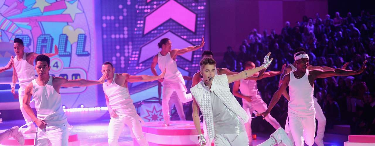 Justin Bieber was in heaven last night performing amongst Victoria's Secret's Angels in New York City last night. Take a look at pictures from the pop prince's stint on the runaway show ahead.