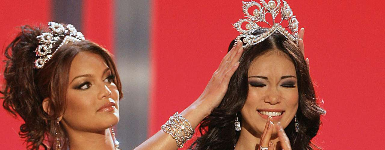 2007 saw Riyo Mori of Japan receiving the title. Zuleyka seemed kind of scared crowning the Japanese beauty.