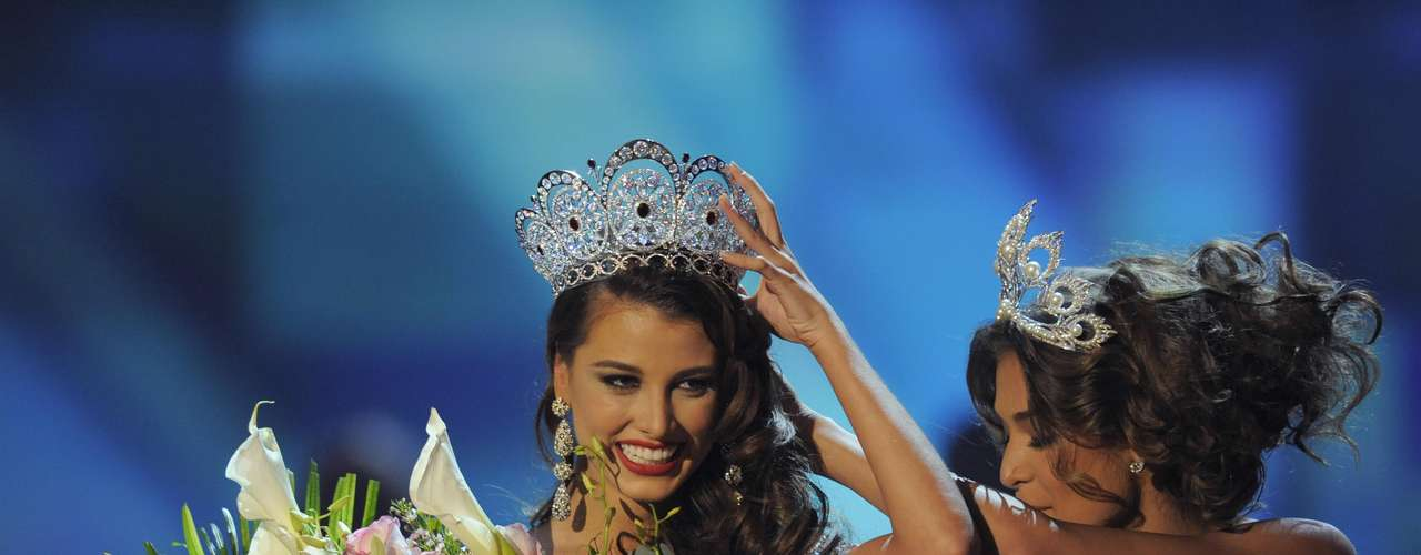 In a historic crowning, Dayana Mendoza crowned Stefania Fernandez in 2009 as Venezuela held on to the title for two consecutive years.