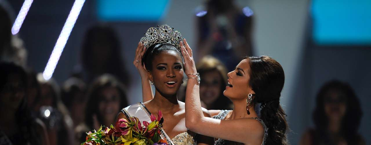 Leila Lopes was crowned over a year ago by outgoing Miss Universe Ximena Navarrete. On December 19 the Miss Angola beauty will be the one crowning a new beauty in Las Vegas. Let's take a stroll down memory lane and see some of the top Miss Universe crowning moments from years past. (Terra USA/Armando Tinoco)