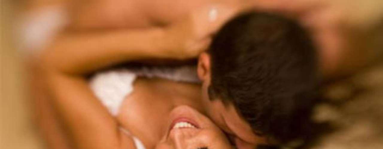 Quickie. Aunque el romance puede ser una pieza clave en el éxito sexual con una mujer, de vez en cuando un quickie no cae nada mal. Esta tendencia de hace referencia al sexo rápido, que bien  aprovechado y en el menor tiempo posible, puede llegar a ser muy placentero. El elemento del peligro o el quedar atrapados en este tipo de práctica puede convertir a las personas y hacerlas que se dejen llevar por la pasión. Adicionalmente la espontaneidad es una herramienta muy sensual y que puede aportar mucho a esta forma de pasión desbordada.
