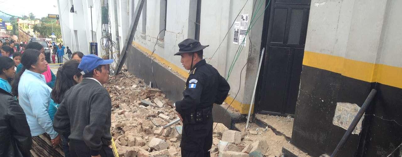 Pérez Molina decretó tres días de duelo nacional por las víctimas del sismo e hizo un llamamiento a los guatemaltecos para que a partir de este jueves retomen sus actividades normales, pero dijo que se mantiene el estado de \