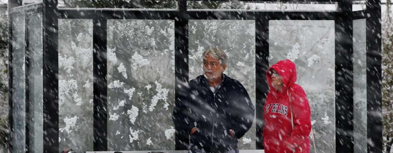 El temporal reciente amagaba con problemas en carreteras con un manto de hielo, al tiempo que trastocó el servicio ferroviario en Long Island y dejó sin electricidad a personas que la acaban de restablecer tras los daños de la megatormenta.