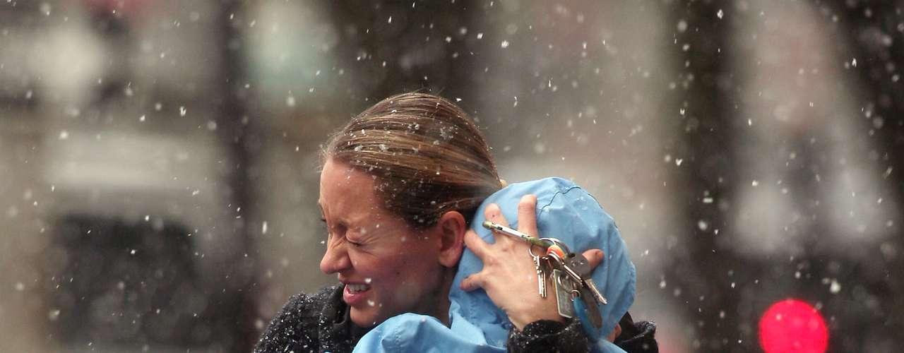 Pero los afectados tienen cierto alivio a la vista. El especialista Joey Picca, del Servicio Nacional Meteorológico, informó que la nieve y los fuertes vientos tendían a salir lentamente de la zona de la ciudad de Nueva York.