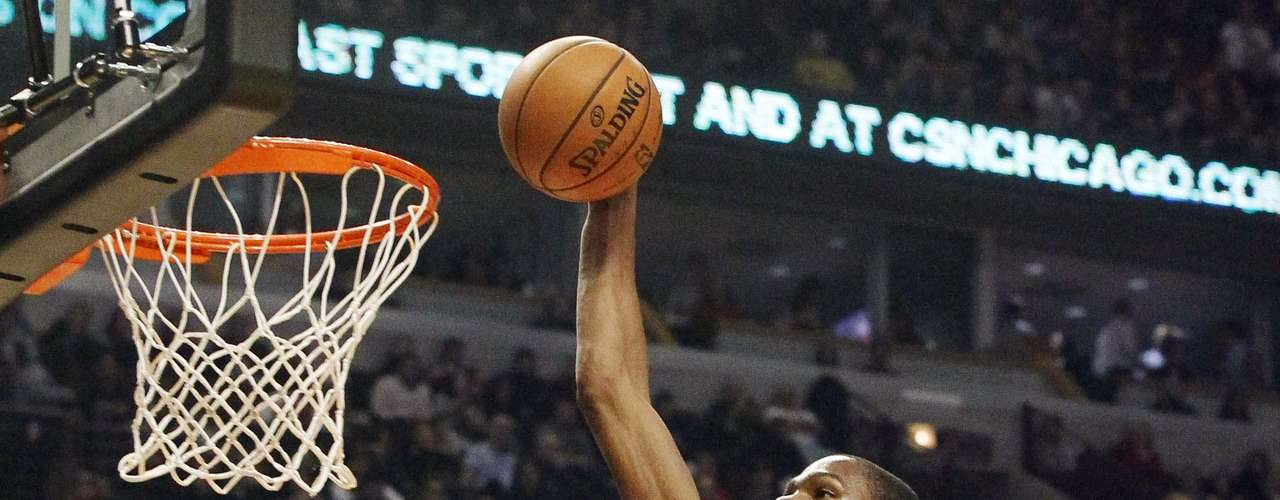 Thunder vs. Bulls: Kevin Durant (35) clava el balón ante los Toros. Oklahoma City derrotó 97-91 a Chicago.