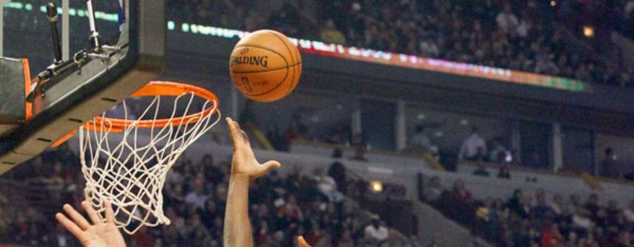 Thunder vs. Bulls: Serge Ibaka (9) intenta su tiro ante la marca de Joakim Noah. Oklahoma City derrotó 97-91 a Chicago.