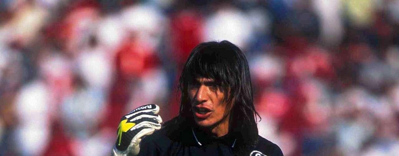En la Final del Invierno 97', Cruz Azul se hizo del título gracias a un penalti que cobró Carlos Hermosillo, quien segundos atrás recibió en el área un puntapié 'criminal' del portero argentino Ángel David Comizzo (foto), subcampeón con el León.