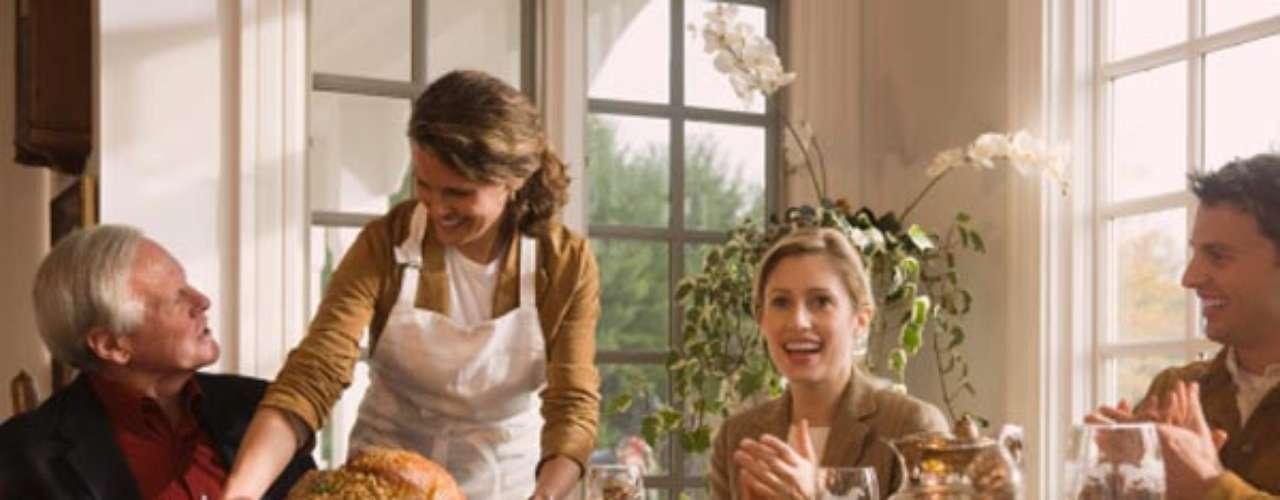 Haz los dulces en casa, puede ser divertido para tus hijos o incluso para tu pareja. Procura sustituir el azúcar blanco por integral de caña, miel, sirope de savia o panela, opciones endulzantes más nutritivas y algo menos calóricas. Los bizcochos caseros son riquísimos como merienda o desayuno (puedes hacerlos con nueces, manzana, cacao). Incluso el roscón de Reyes puede hacerse fácilmente con la Termomix. No renuncies a los dulces típicos, como el turrón, pero procura comprar los más naturales (el de almendra de toda la vida) y elije mejor chocolate o bombones con un alto porcentaje de cacao, que aportan muchas menos calorías que el turrón de chocolate.