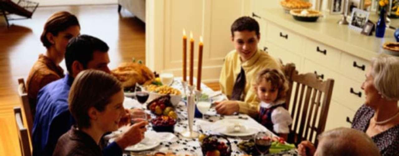 Diseña bien tus menús. Dado lo abundante de las comidas de Navidad, a menudo consistentes en muchos platos, es muy fácil ingerir demasiadas calorías aun no siendo conscientes de ello. En estos días debes intentar separar especialmente los hidratos de carbono de las calorías. Si en tu día a día un filete de pollo acompañado de arroz integral es una buena idea (proteínas + hidratos) comer canapés como entrante y luego un plato de cordero con patatas asadas, es una bomba calórica.
