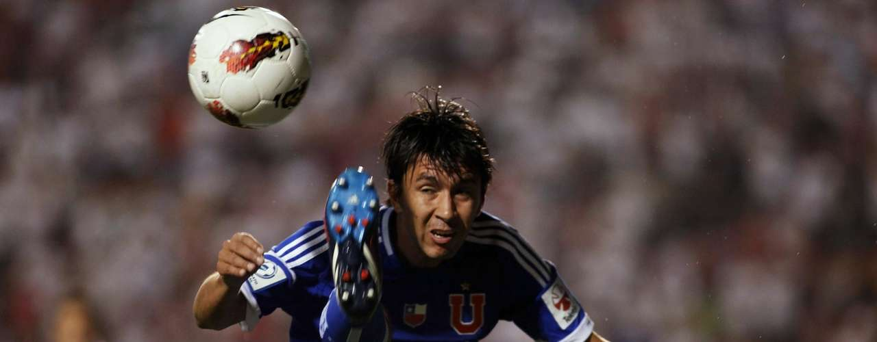 Albert Acevedo of Chile's Universidad de Chile controls the ball.
