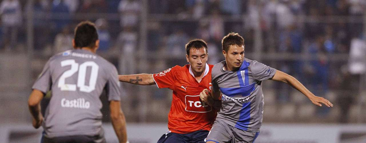 Claudio Sepulveda (R) of Chile's Universidad Catolica fights for the ball with Morel Rodriguez of Argentina's Independiente.