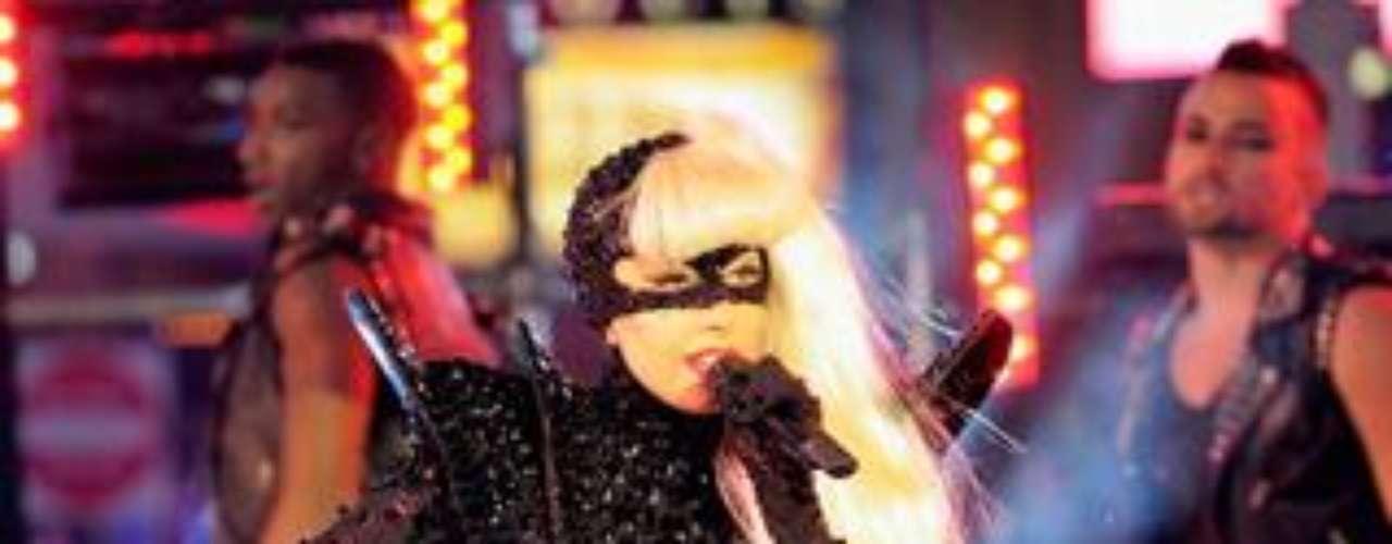 Cada vez son menos las ocasiones en que Lady Gaga aparece ligera de ropa y opta por monos muy ajustados pero elásticos a fin de poner las curvas en su sitio.