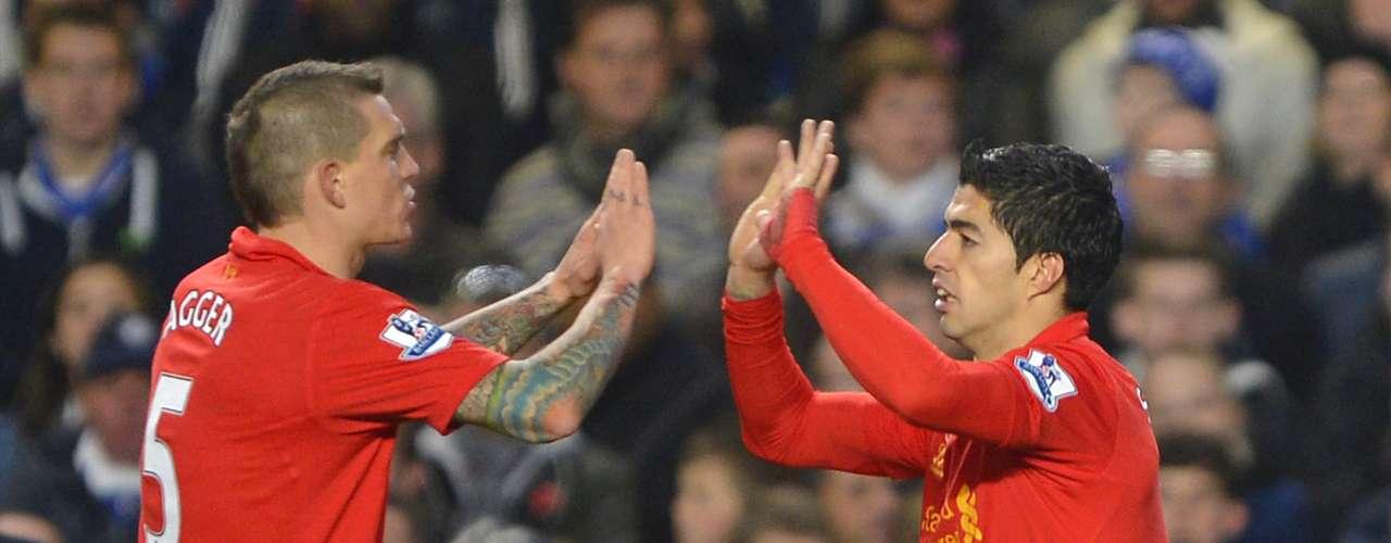 Luis Suárez es felicitado tras su gol del empate.