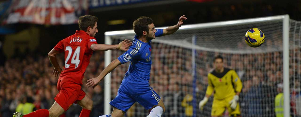 Mata intentó jugadas, pero la defensa del Liverpool fue muy dura.