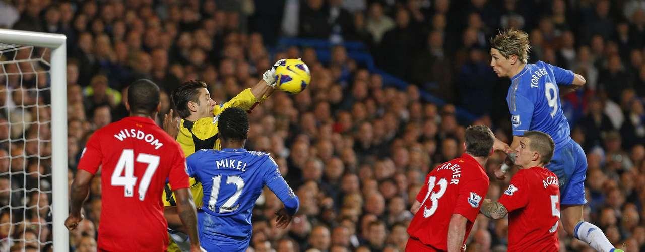 Torres remató en el área, pero el portero de Liverpool atajó de gran manera.