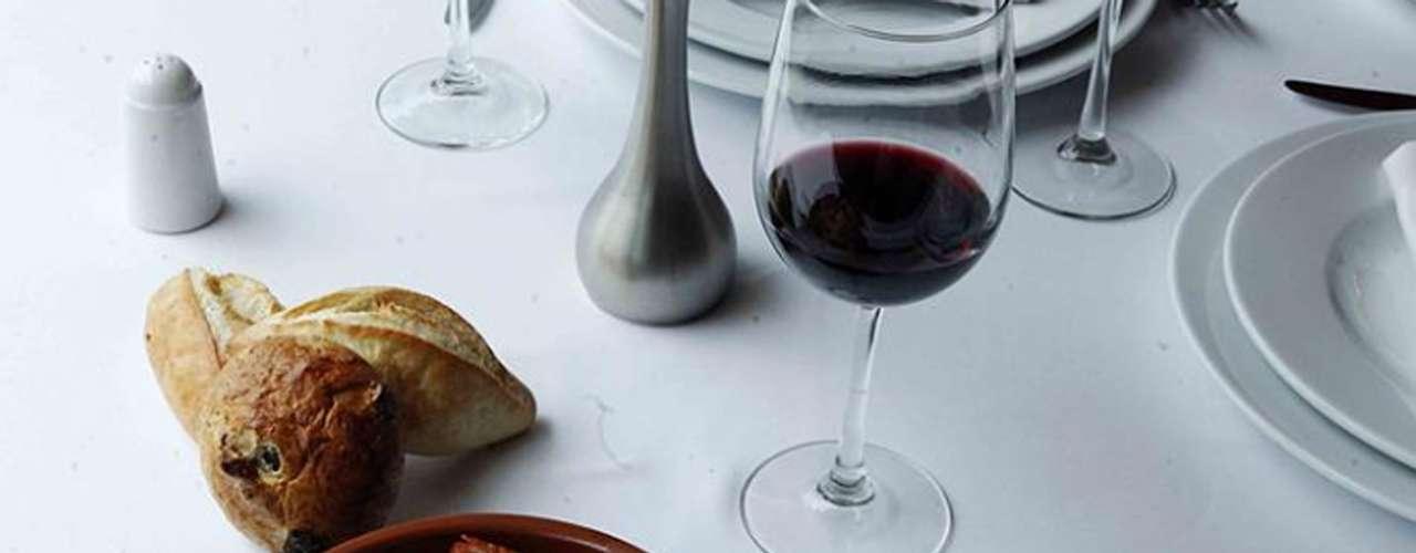Guria Santa Fe. Inspirada en al cocina vasca, Guria lleva sus sabores del Viejo Continente a la zona más exclusiva de Santa Fe. Su diseño está inspirado en las tradicionales casonas vascas, pero con un enfoque contemporáneo.