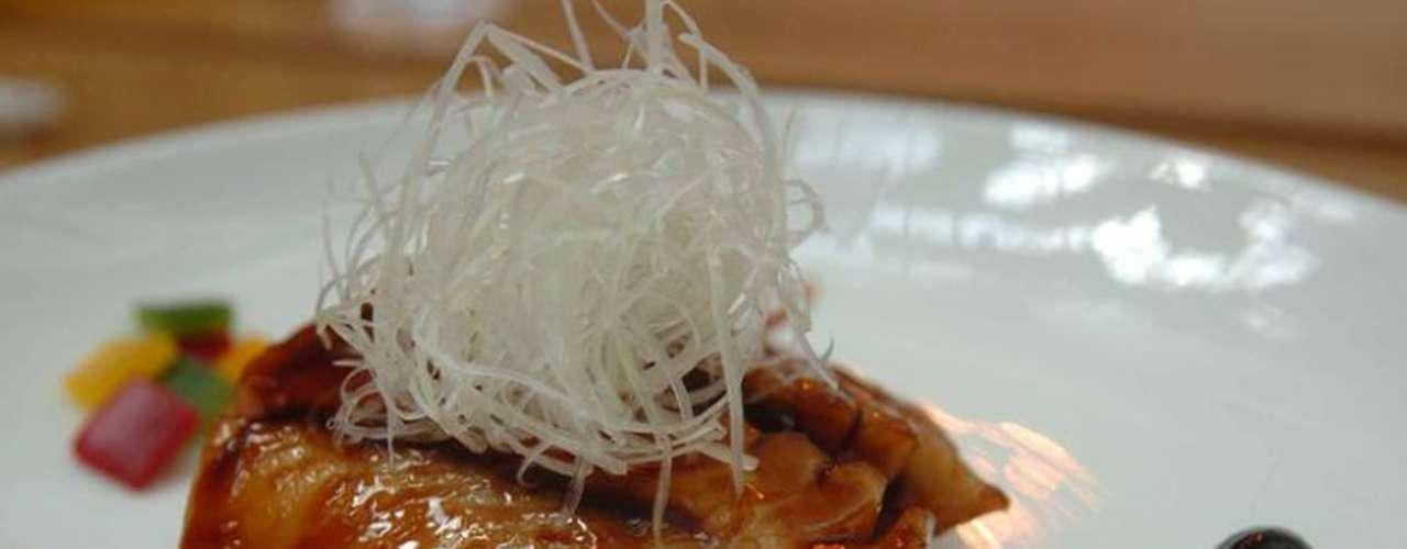 Morimoto. Masaharu Morimoto, considerado uno de los mejores chefs de Japón y el mejor cocinero de Iron Chef de América. Él es la mente detrás del local, un restaurante que combina la tradición japonesa con lo más chic del mundo gastronómico.