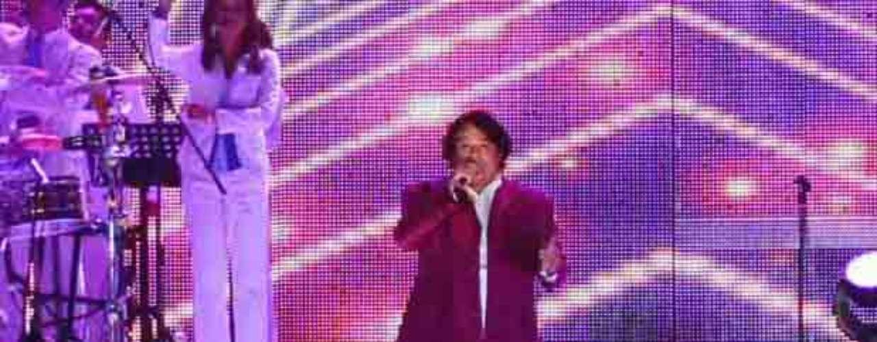 La presentación de Juan Gabriel estuvo apoyada por una orquesta, mariachi, bailarines y un coro conformado por 16 personas.
