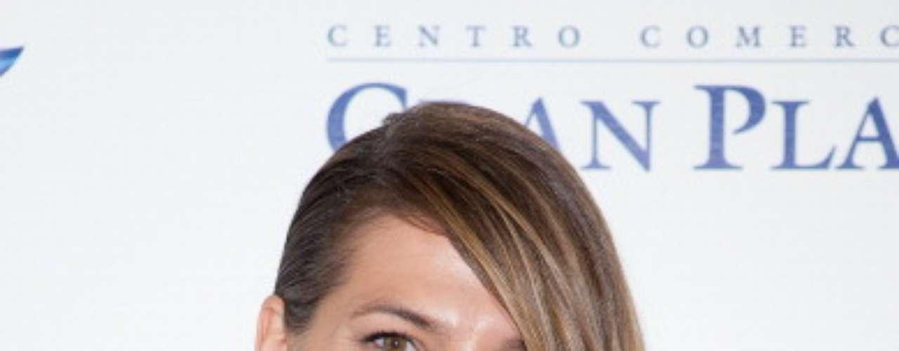 Laura Sánchez. Modelo y actriz española que cautiva con su amplia sonrisa que sabe potenciar por eso lo único que destaca en su rostro son sus generosos labios cubiertos de un color cálido en armonía con su ligero tono de piel sutilmente bronceada.