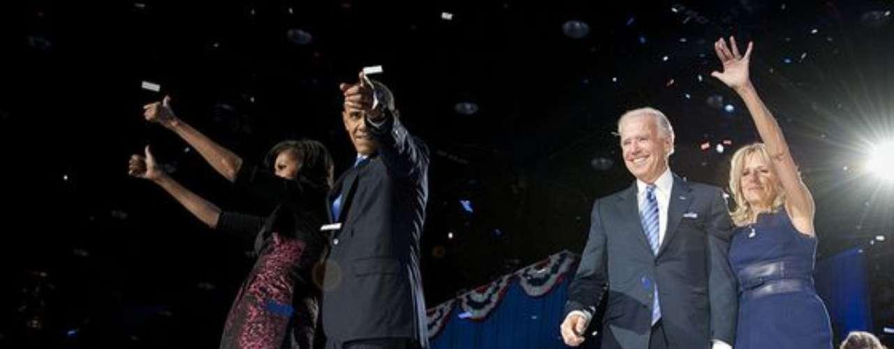 Brack Obama con su esposa Michelle y Joe Biden con su esposa Jill, dos parajes demócratas que festejan la continuidad de su partido al frente de EE.UU.