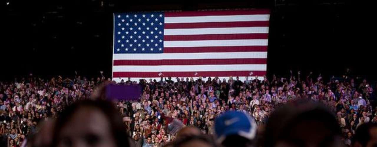 Por supuesto, la Bandera de los Estados Unidos de América no podía faltar en la selección del presidente.
