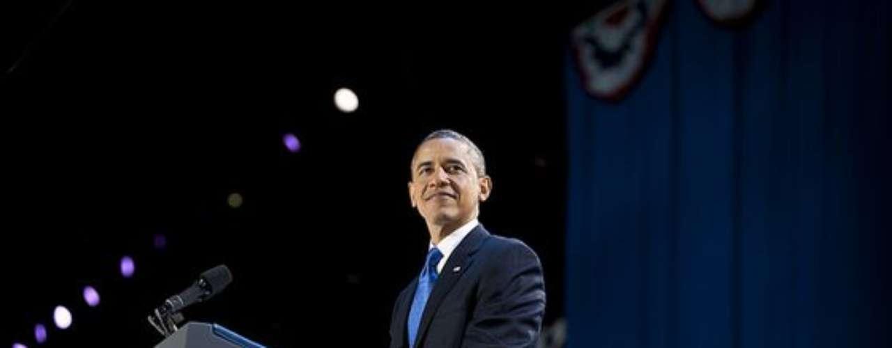 Admirado, Obama observaba todo el entorno que lo rodeaba. Llegaba el momento de tomar el micrófono.