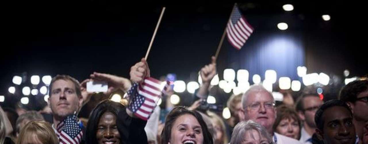 Los simpatizantes demócratas no podían ocultar la emoción y felicidad que los embargaba por la reelección de Obama. Por supuesto, las banderas de EE. UU. se agitaron sin cesar esa noche.