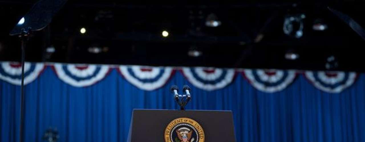 El estrado y el micrófono aguardaban ansiosos por el Presidente reelecto para que éste diera la noticia de su triunfo a sus simpatizantes y miembros del Partido Demócrata.
