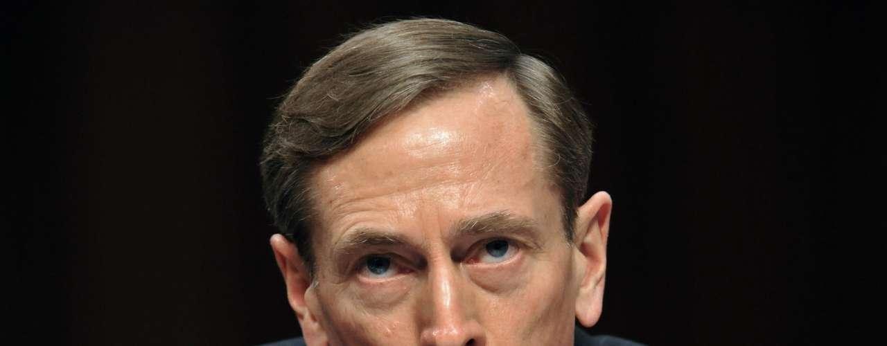 Septiembre de 2011: Petraeus, el general estadounidense más encumbrado de su generación, asume el cargo de director de la CIA tras dejar el ejército y convertirse en civil en agosto.