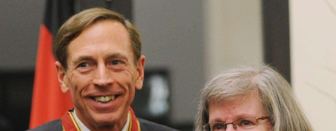 21 al 27 octubre: agentes del FBI entrevistan a Broadwell, quien admite el romance y entrega su computadora. Los investigadores encuentran documentos clasificados en su disco duro; ella dice que Petraeus no se los dio.