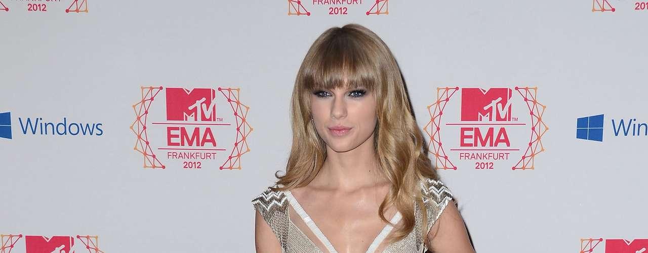 Este mes la vimos con un look en blanco y plata con sexis transparencias a los costados. Su estilo se ha transformado para bien y se nota que hay alguien guiándola en cuestión de moda.