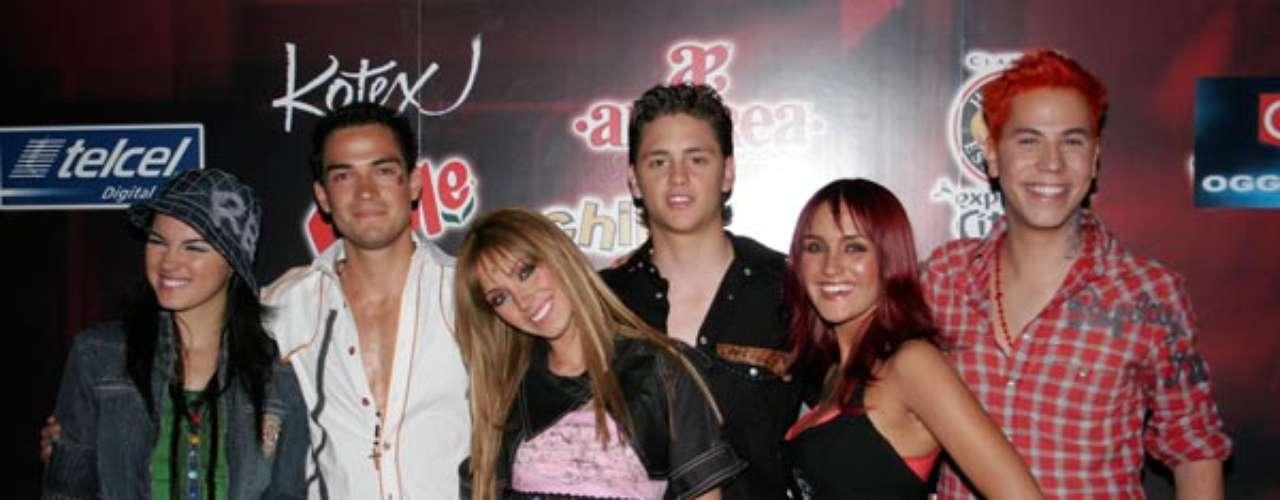 Rebelde (México) Seis chicos que asisten a una prestigiosa escuela se hacen amigos y desarrollan proyectos en común.La serie Rebelde catapultó al grupo RBD como banda musical.Tanta fue su aceptación que hicieron una nueva temporada titulada RBD, La Familia. Hoy estos chicos ya son historia.