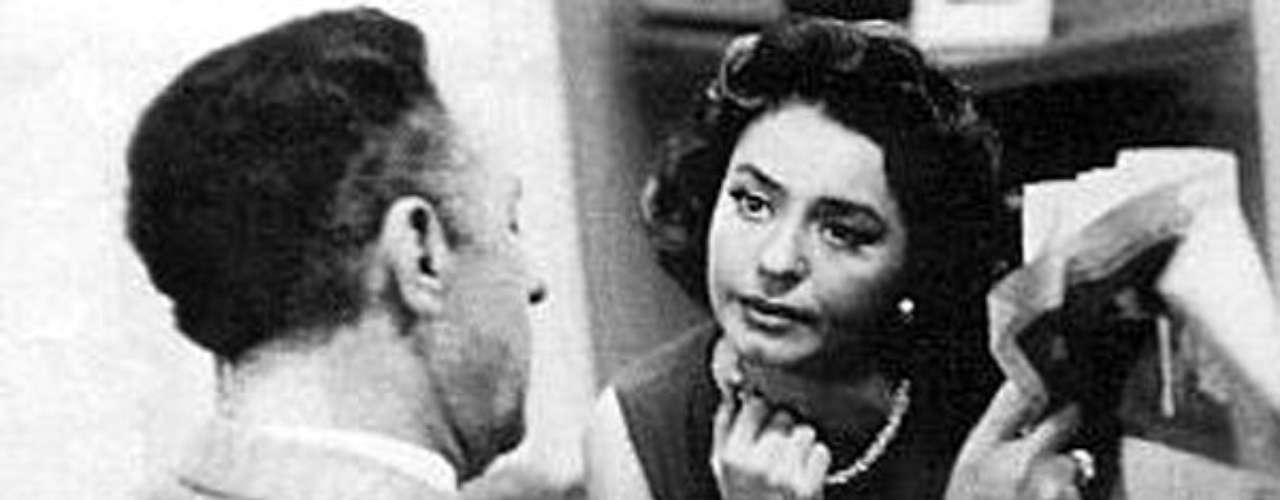 Senda prohibida (1958 - México) Nora es secretaria y una mujer ambiciosa se involucra sentimentalmente con su jefe que es casado. Al ver que el jefe la llena de atenciones, éste l