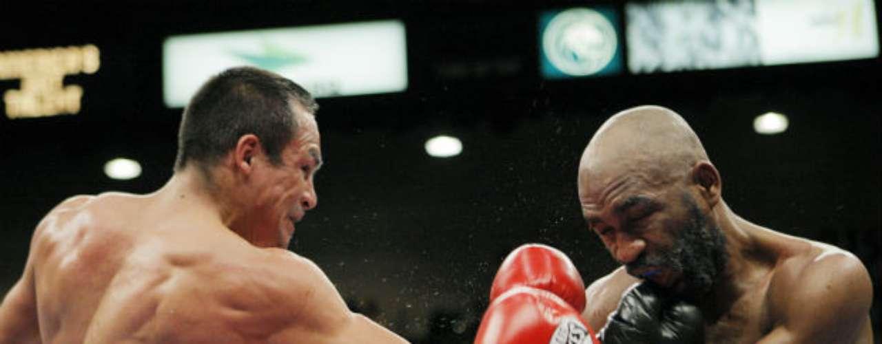 En una pelea desgastante, Márquez dio cuenta del cubano Joel Casamayor en el 2008. 'Dinámita' tuvo que emplearse a fondo para derrotar al isleño por nocaut técnico en el onceavo asalto.