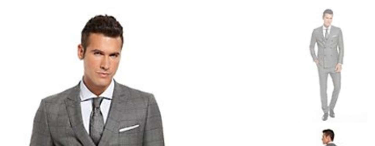 Look Chic: este look clásico puede ser caro pero sin duda le sacaras provecho a esos $900 dólares que gastes en este traje de marca. Recuerda que un buen traje es esencial en cualquier armario y lo puedes combinar de muchas maneras. El saco lo puedes usar con un pantalón diferente y aun así continua siendo muy chic.