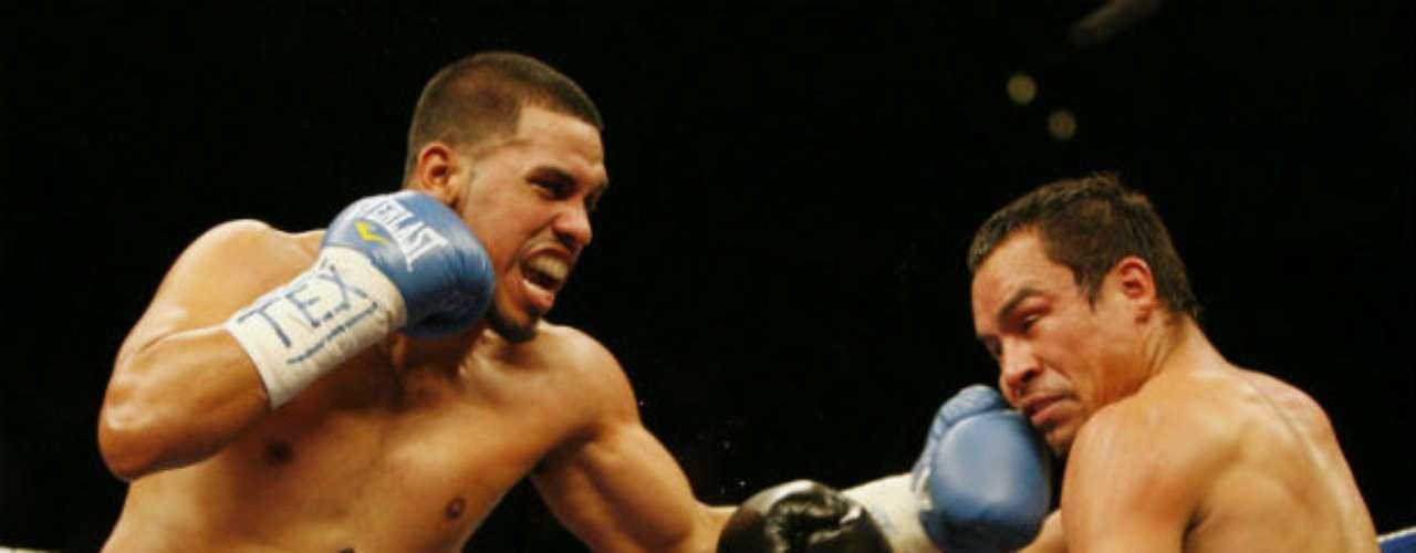 En el 2009, en la primera pelea contra Juan Díaz, Márquez sufrió bastante para vencer al estadounidense. Lo superó en el noveno asalto gracias a un nocaut técnico.